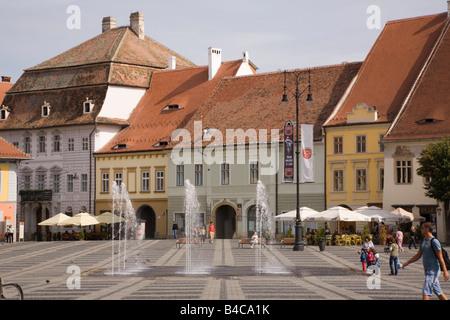 Hermannstadt Siebenbürgen Rumänien Europa Altbauten und Brunnen in Piata Mare im historischen Stadtzentrum von Hermannstadt - Stockfoto