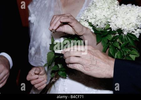 Hautnah auf Händen, männliche und weibliche Austausch von Trauringe - Stockfoto