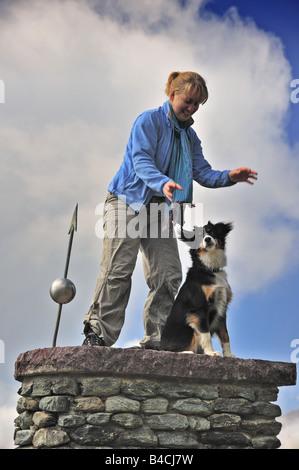 Junge Frau mit ihrem Hund spielen - Stockfoto