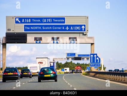 Das Fahren auf der Autobahn, der A 1 M/A1 eine britische Autobahn mit der Autobahn Zeichen in England, Großbritannien - Stockfoto