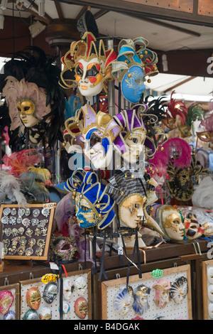 Venezianische Karnevalsmasken zum Verkauf in Verona
