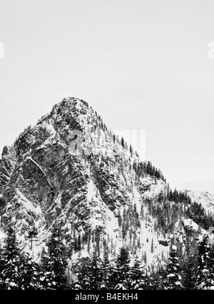 Ein schwarz-weiß Bild eines Berges in der Nähe von Snoqualmie, Washington in Schnee gehüllt. - Stockfoto