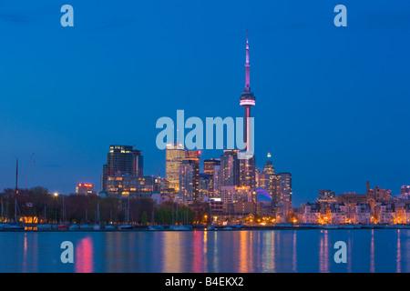 Skyline von Toronto City aus Ontario Place, Toronto, Ontario, Kanada in der Dämmerung zu sehen. - Stockfoto