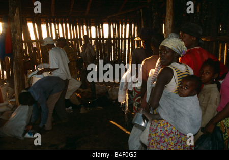 Verteilung von Nahrungsmitteln ein Vertriebenen-Camp in Angola. - Stockfoto