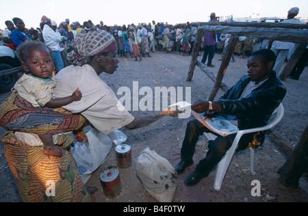Verteilung von Hilfsgütern ein Vertriebenen-Camp in Angola Krieg verwüsteten. - Stockfoto