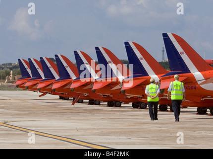 Sicherheitskräfte gehen vorbei an den geparkten roten Pfeile Hawks - Stockfoto