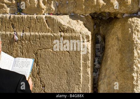 Mann, der betet an der Klagemauer, über die Schulter-Blick, Nahaufnahme - Stockfoto