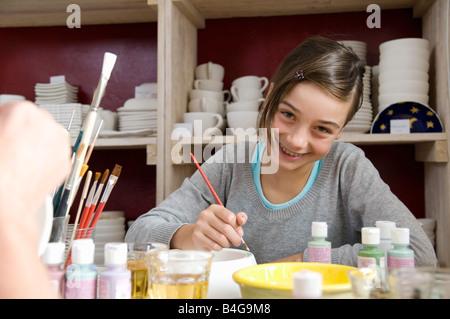 Ein junges Mädchen in einem Keramikatelier Malerei - Stockfoto