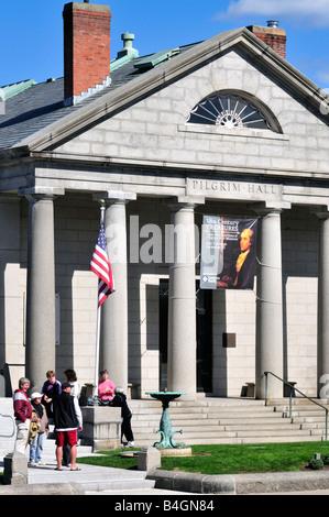 Außenansicht des Pilgrim Hall Museums in Plymouth Massachusetts USA mit Gruppe von Menschen vor Treppen und Säulen - Stockfoto