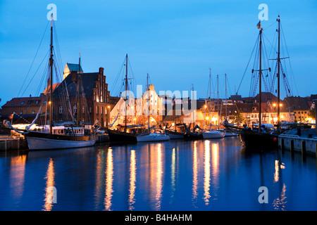 Boot am Hafen in der Nacht, Wismar, Mecklenburg-West Pomerania, Deutschland - Stockfoto