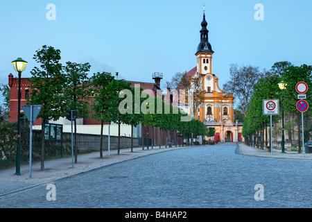 Straße zur Kirche, Niederlausitz, Brandenburg, Deutschland - Stockfoto