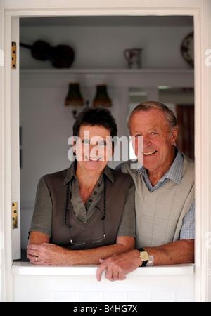 Generische Foto Ehepaar im Ruhestand zusammen gerahmt in Tür - Stockfoto