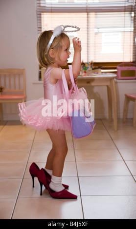 kleines Mädchen, gekleidet in ein Tutu und high heels - Stockfoto