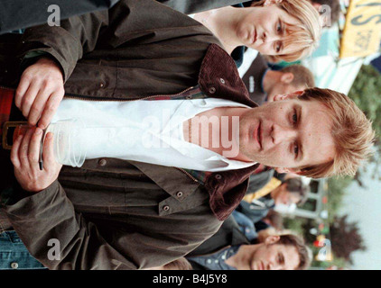 Schauspieler Ewan McGregor August 1998 bei Crieff Highland Games genießen ein Bier vor seinem Film premiere des - Stockfoto