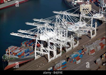Luftaufnahmen über dem Hafen von Long Beach, Los Angeles Krane Frachter am Cosco Terminal laden - Stockfoto