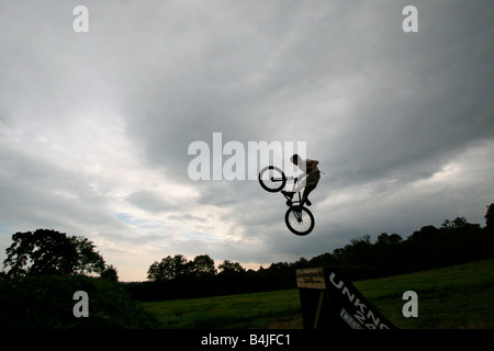 BMX-Biker Kunststücke und eine große Rampe springen - Stockfoto