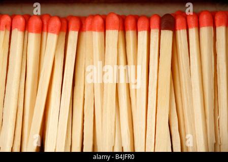 Eine Reihe von rosa Matches mit einer braunen Farbe. - Stockfoto