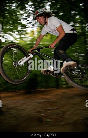 BMX-Biker Kunststücke in einer Gesamtstruktur - Stockfoto