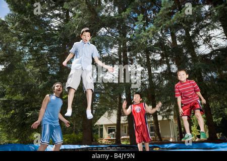 Asiatischen Brüder auf Trampolin springen - Stockfoto