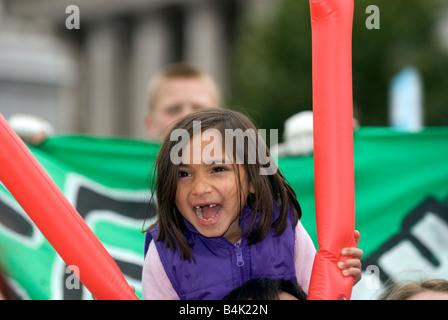 Junges Mädchen Ende Kinderarmut Kampagne, Trafalgar Square, London UK zu unterstützen. Samstag, 4. Oktober 2008 - Stockfoto