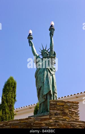 Eine Statue of Liberty mit zwei Fackeln in der Stadt Begur, Spanien - Stockfoto