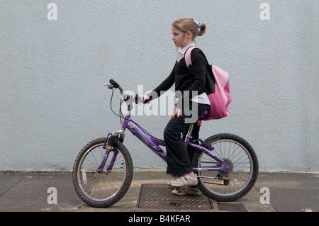 radfahren zur schule reiten ein fahrrad radfahrer reiter. Black Bedroom Furniture Sets. Home Design Ideas