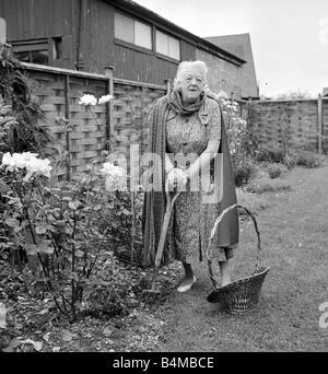 Margaret rutherford september 1963 schauspielerin abgebildet zu hause gerrards cross b cke - Gartenarbeit im september ...