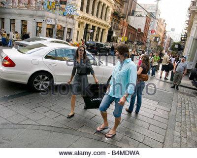 Paar Einkaufen in Prince Street SoHO in Manhattan New York - Stockfoto