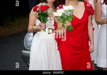 Eine Braut und Brautjungfer Blumen halten. - Stockfoto