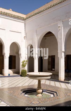 Innenhof mit einem zentralen Brunnen der Bahia-Palast, Marrakesch, Marokko 2007 - Stockfoto