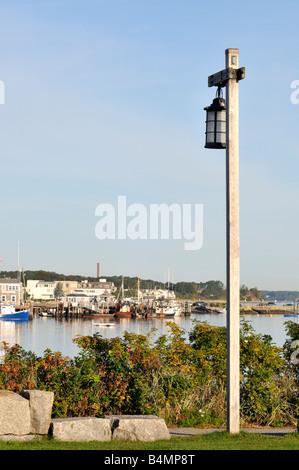 Malerische Aussicht von Plymouth Harbor, Plymouth MA mit alten altmodischen Laterne Holz Pole im Vordergrund - Stockfoto