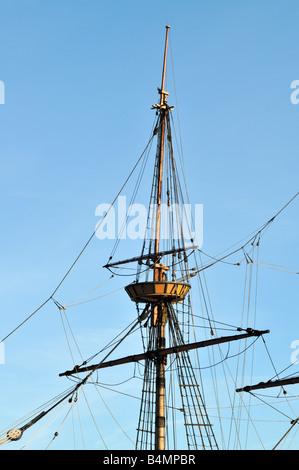 Oberen Mast und Spieren der Mayflower 2 gegen blauen Himmel in Plymouth Harbor, MA mit Takelage und Crows Nest. - Stockfoto