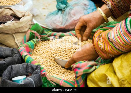Flower Hmong Frau verkaufen Getreide bei den Sunday Market; Bac Ha, Vietnam - Stockfoto