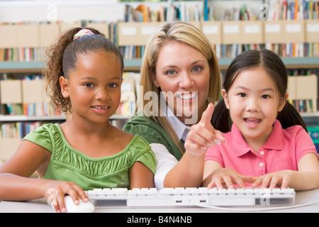 Zwei Schüler in der Klasse am Computer-Tastatur mit Lehrer - Stockfoto