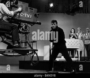 Die Kamera schwenkt in amerikanischen Fifties Sixties-Pop-Sängerin Gene Vincent auf amerikanischen Fernsehenprogramm - Stockfoto
