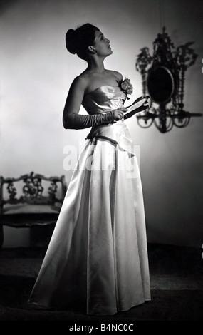 Jean Kent im Abendkleid Jean Kent Star der Bond Street-Modelle, die ihr am meisten glamourösen Abendkleid für sie - Stockfoto