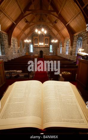 Pfarrer von der Kanzel Apsis der Kirche suchen über die Heilige Schrift den Gang hinunter in den Kirchenbänken und - Stockfoto