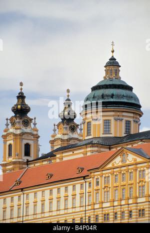 Türme und Kirchenkuppel im Benediktinerstift in Melk Lower Austria Land Österreich - Stockfoto