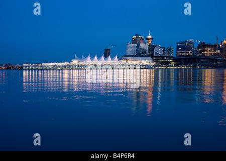 Skyline von Downtown Vancouver an der Dämmerung, Britisch-Kolumbien, Kanada vom Stanley Park - Stockfoto