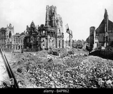 Die Ruinen der Stadt Halle und Hotel de Ville in Arras nach dem ersten Weltkrieg - Stockfoto