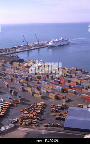 Container stapeln sich im Hafen, Kreuzfahrtschiff im Hintergrund, Arica, Chile - Stockfoto