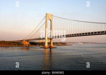 Verrazano Narrows Bridge in der Dämmerung - die Brücke verbindet Staten Island und Brooklyn in New York City - Stockfoto
