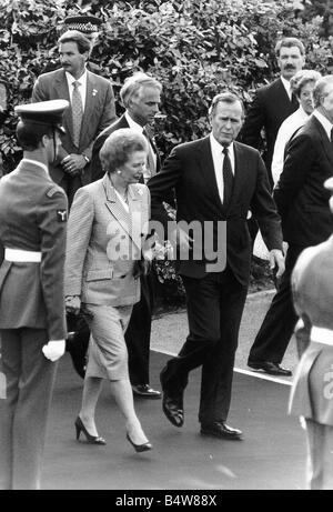 Präsident der Vereinigten Staaten, George Bush und der britische Premierministerin Margaret Thatcher am Flughafen - Stockfoto