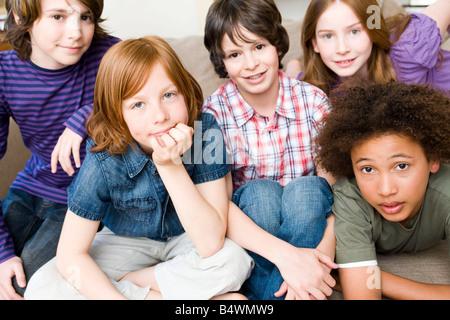 Vier Jungs, ein Mädchen auf Kamera - Stockfoto