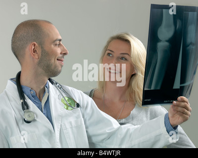 Arzt und Frau mit x-ray - Stockfoto