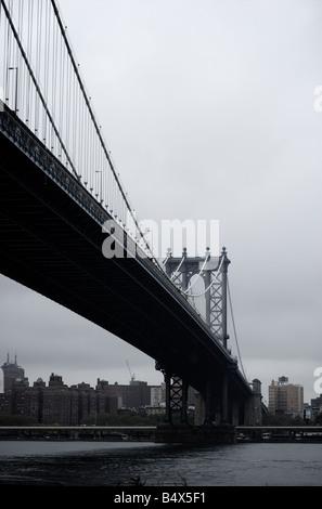 Unter Manhattan Bridge in New York an bewölkten Tag in New York Brooklyn Seite anzeigen - Stockfoto