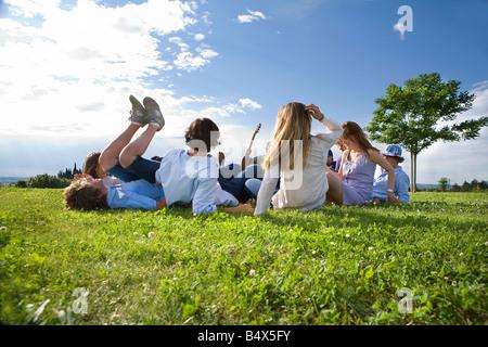 Teen Gruppe Verlegung auf dem Rasen im park - Stockfoto