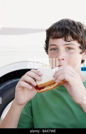 Junge, Erdnussbutter und Marmelade-Sandwich Essen - Stockfoto