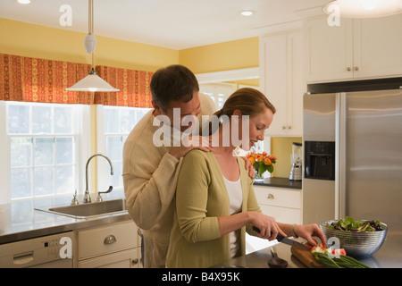 Paar macht Abendessen in Küche - Stockfoto