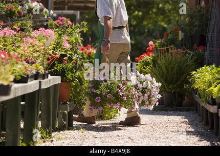 Mann, arbeitet im Garten-center - Stockfoto